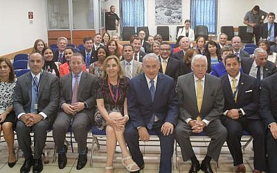Prime Minister Benjamin Netanyahu (C) meeting at his Jerusalem office with a 19-member delegation of Democratic members of Congress led by House Minority Whip Steny Hoyer, August 7, 2017. (GPO)