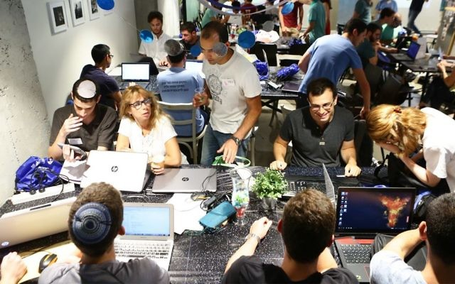 A group of IAF soldiers works to create a program to help autistic children from ALUT. (Dror Sitahkol)
