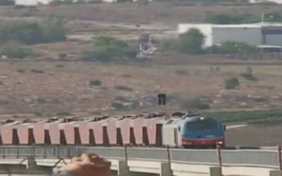 A special freight train travels on the new Tel Aviv-Jerusalem track, August 20, 2017 (Channel 2 screenshot)
