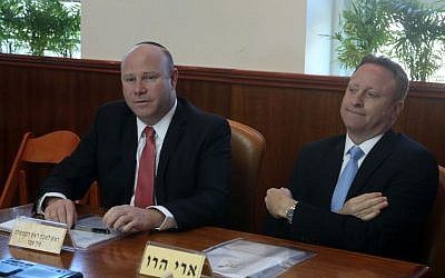 Ari Harow (R) sits next to his predecessor as chief of staff Gil Sheffer (L)  seen during the weekly cabinet meeting at the Prime Minister's Office in Jerusalem on February 9, 2014. (Marc Israel Sellem/Pool/Flash90)