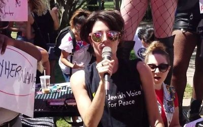 Jewish Voice for Peace representative Scout Bratt speaks at the SlutWalk Chicago rally on August 12, 2017. (Screen capture/YouTube)