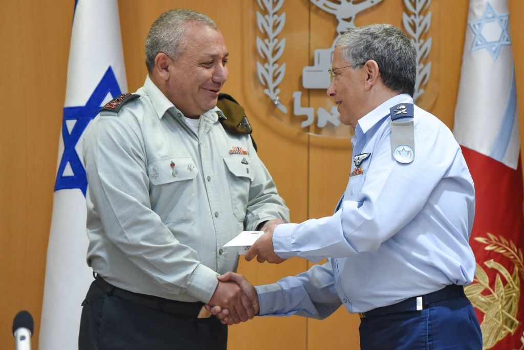 Outgoing Israeli Air Force chief Maj. Gen. Amir Eshel, right, shakes hands with IDF Chief of Staff Gadi Eisenkot during a ceremony in the army's Tel Aviv headquarters on August 10, 2017. (Israel Defense Forces)