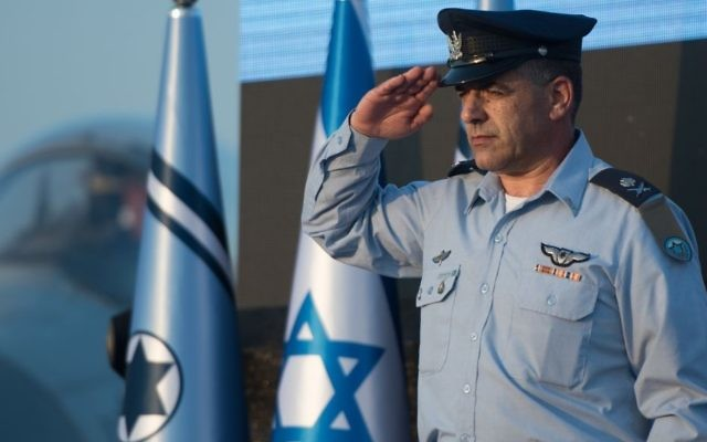 Incoming Israeli Air Force chief Maj. Gen. Amikam Norkin salutes during a ceremony at the Tel Nof Air Base on August 14, 2017. (Israel Defense Forces)