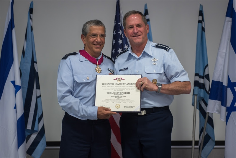 Outgoing Israeli Air Force chief Maj. Gen. Amir Eshel receives the Legion of Merit medal from US Air Force Chief of Staff David Goldfein on August 14, 2017. (Israel Defense Forces)