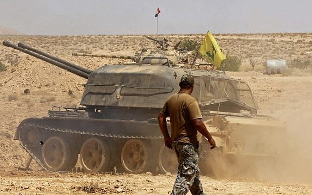 A tank flying the Hezbollah terror group's flag is seen in the Qara area in Syria's Qalamoun region on August 28, 2017 (AFP Photo/Louai Beshara)