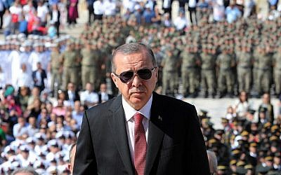 Turkish President Recep Tayyip Erdogan attends a ceremony marking the 95th anniversary of Victory Day, commemorating a decisive battle in the Turkish War of Independence, at the mausoleum of Mustafa Kemal Ataturk in Ankara on August 30, 2017. (AFP/ADEM ALTAN)