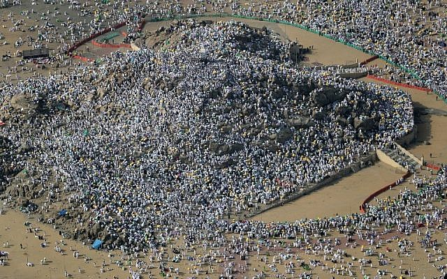An aerial view shows Muslim pilgrims gathering on Mount Arafat, southeast of the Saudi holy city of Mecca, as part of the Hajj pilgrimage, on August 31, 2017. (AFP Photo/Karim Sahib)