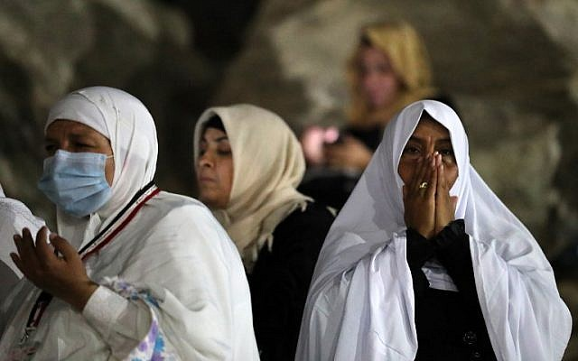 Muslim pilgrims pray on Mount Arafat as part of the Hajj pilgrimage early on August 31, 2017. (AFP Photo/Karim Sahib)