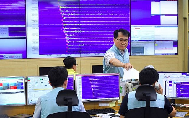 South Korean officials monitor screens showing a graph of seismic waves originating from North Korea, at the Korea Meteorological Administration in Seoul on September 3, 2017. (AFP PHOTO / JUNG Yeon-Je)