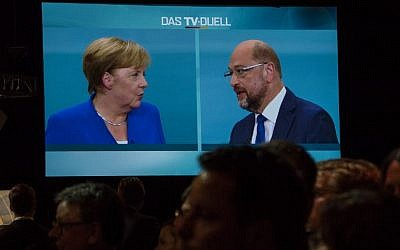 Journalists watch a televised debate between German chancellor and leader of the conservative Christian Democratic Union (CDU) party Angela Merkel and Martin Schulz, leader of Germany's social democratic SPD party and candidate for chancellor at a television studio in Berlin on September 3, 2017. (AFP PHOTO / John MACDOUGALL)