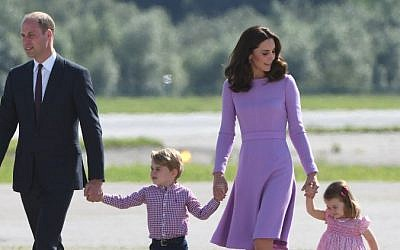 This photo taken on July 21, 2017 shows Britain's Prince William, Duke of Cambridge and his wife Kate, the Duchess of Cambridge, and their children Prince George and Princess Charlotte on the tarmac of the Airbus compound in Hamburg, northern Germany. (AFP PHOTO / Patrik STOLLARZ)