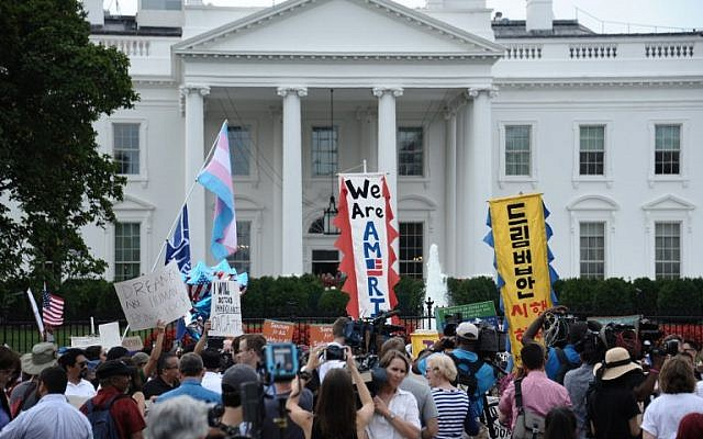 Immigrants and supporters demonstrate during a rally in support of the Deferred Action for Childhood Arrivals in front of the White House on September 5, 2017 in Washington DC. (AFP/ Eric BARADAT)