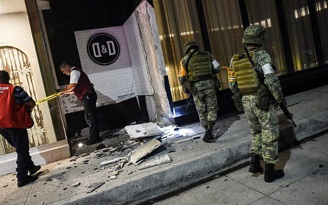 Members of the Mexican army look at damage caused by an earthquake in the Port of Veracuz on September 7, 2017. (Victoria Razo/AFP)