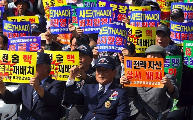 Members of the Korean Veterans' Association hold up banners in Seoul, South Korea, during a rally demanding the re-deployment of US tactical nuclear weapons in South Korea to cope with North Korea's nuclear threat, in Seoul, September 12, 2017. (AFP/JUNG Yeon-Je)