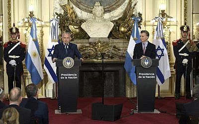 Prime Minister Benjamin Netanyahu, left, delivers a speech next to Argentina's President Mauricio Macri during a press conference at the Casa Rosada presidential house in Buenos Aires, September 12, 2017. (AFP/JUAN MABROMATA)