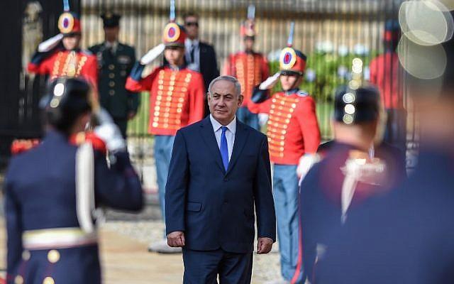 Prime Minister Benjamin Netanyahu, center, during his welcoming ceremony at Narino presidential palace in Bogota, on September 13, 2017. (AFP/Raul Arboleda)