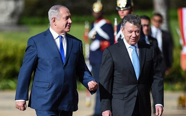 Israeli Prime Minister Benjamin Netanyahu (L) and Colombian President Juan Manuel Santos (R) attend a ceremony to welcome the Israeli leader at the Narino palace in Bogota on September 13, 2017.(AFP PHOTO / Raul Arboleda)