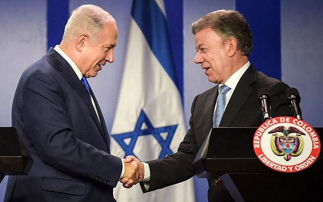 Prime Minister Benjamin Netanyahu, left, and Colombian President Juan Manuel Santos shake hands during a ceremony to sign agreements at the Narino palace in Bogota, September 13, 2017. (AFP/Raul Arboleda)