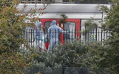 Police forensics officers works next to an underground train at a platform at Parsons Green underground station in west London on September 15, 2017, following an explosion, later claimed by Islamic State, which injured 29 people. (AFP/Daniel Leal-Olivas)
