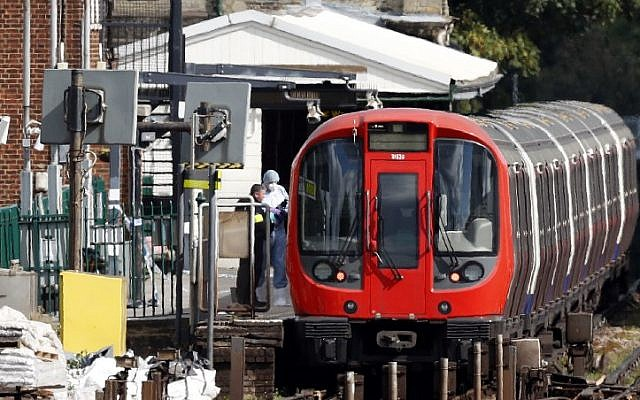 Forensics officers work next to Underground train at a platform at Parsons Green station in London on September 15, 2017. (AFP Photo/Adrian Dennis)