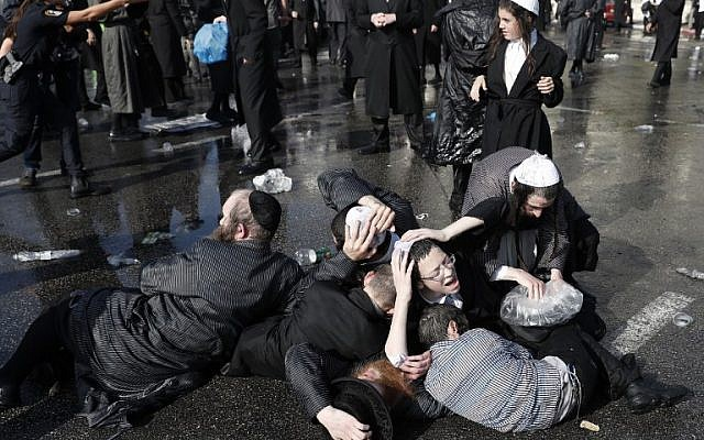Ultra-Orthodox Jewish demonstrators react as they demonstrate in an ultra-Orthodox neighborhood of Jerusalem on September 17, 2017 during a protest against a court ruling that could require them to serve in the army like their secular counterparts. The demonstration was organised by a particularly hardline group known as Eda Haredit. / AFP PHOTO / Ahmad GHARABLI