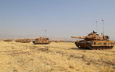 Turkish tanks are seen near the Habur crossing gate between Turkey and Iraq during a military drill, September 18, 2017.  (AFP/STR)