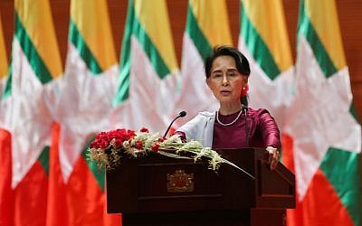 Myanmar's State Counsellor Aung San Suu Kyi delivers a national address in Naypyidaw on September 19, 2017. (AFP/Ye Aung Thu)