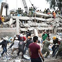 Rescuers, firefighters, policemen, soldiers and volunteers search for survivors in a flattened building in Mexico City on September 20, 2017 a day after a strong quake hit central Mexico. (AFP PHOTO / Yuri CORTEZ)