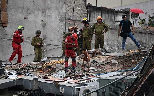 Rescuers from Israel (in olive green) join the search for survivors in a flattened building in Mexico City on September 21, 2017 two days after a strong quake hit central Mexico. (AFP / Ronaldo SCHEMIDT)