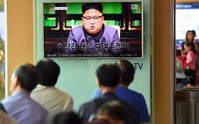 People watch a television at a railway station in Seoul showing North Korean leader Kim Jong Un delivering a statement in Pyongyang, September 22, 2017. (AFP Photo/Jung Yeon-Je)