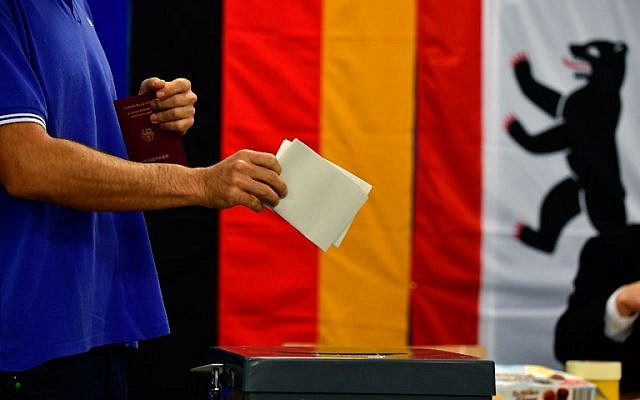 A man casts his ballot at a polling station in Berlin during general elections on September 24, 2017. (AFP PHOTO / Tobias SCHWARZ)