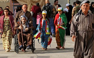Iraqi Kurds arrive to cast their votes in the Kurdish independence referendum at a polling station in Arbil, the capital of the autonomous Kurdish region of northern Iraq, September 25, 2017. (AFP/SAFIN HAMED)