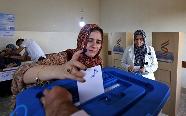 An Iraqi Kurdish woman casts her vote in the Kurdish independence referendum at a polling station in Arbil, the capital of the autonomous Kurdish region of northern Iraq, on September 25, 2017. (AFP PHOTO / SAFIN HAMED)