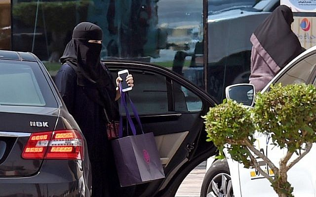 A Saudi woman disembarks from a car outside a mall in the Saudi capital Riyadh on September 27, 2017. (AFP PHOTO / FAYEZ NURELDINE)