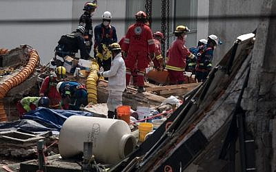 Rescuers work on the recovery of victims from the Alvaro Oregon 286 building collapsed during the recent 7.1-magnitude earthquake, in Mexico City on September 27, 2017. (AFP / Guillermo Arias)