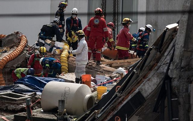 Rescuers work on the recovery of victims from the Alvaro Oregon 286 building collapsed during the 7.1-magnitude earthquake, in Mexico City on September 27, 2017. (AFP / Guillermo Arias)