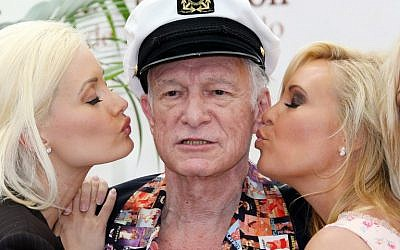 This photo taken on June 12, 2007 shows Playboy Magazine publisher Hugh Hefner (C) posing with playmates Holly Madison (L) and Bridget Marquardt (R) during a photocall at the 47th Monte Carlo Television Festival in Monaco. (AFP PHOTO / VALERY HACHE)