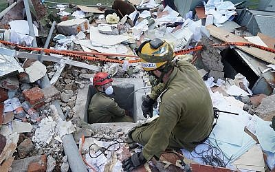 Illustrative: IDF soldiers search for survivors in a building that collapsed during an earthquake that struck Mexico on September 24, 2017. (Israel Defense Forces)