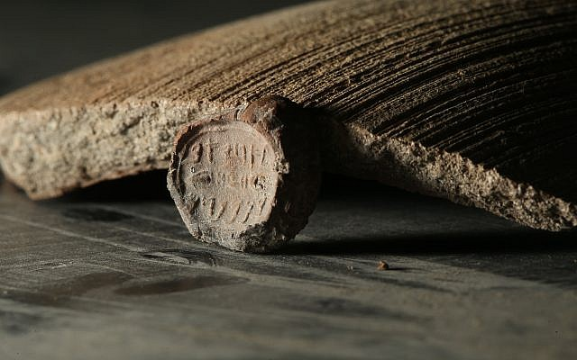 Complete seal bearing the name 'Ahiav ben Menahem' found at Jerusalem' City of David, summer 2017. (Eliyahu Yanai, City of David)