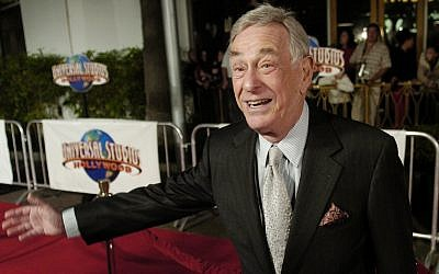 Comedian Shelley Berman poses at a premiere on December 16, 2004, in Universal City, California. (AP/Chris Pizzello)