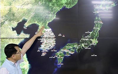 Earthquake and Volcano of the Korea Monitoring Division Director Ryoo Yong-gyu speaks to the media about North Korea's artificial earthquake with a map of the Korean peninsular in Seoul, South Korea, September 3, 2017.  (AP Photo/Lee Jin-man)