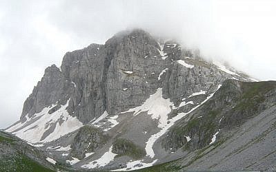 North face of Greece's Mount Astraka covered in fog. (CC BY-SA Kkostagiannis, Wikimedia commons)