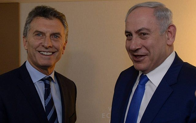 Prime Minister Benjamin Netanyahu (R) meets with Argentinian President Mauricio Macri at the the World Economic Forum in Davos, Switzerland, on January 21, 2016. (Haim Zach/GPO/Flash90)