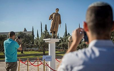 A statue depicting Supreme Court Justice Miriam Naor, placed illegally near the Supreme Court in Jerusalem, on August 31, 2017. (Yonatan Sindel/Flash90)