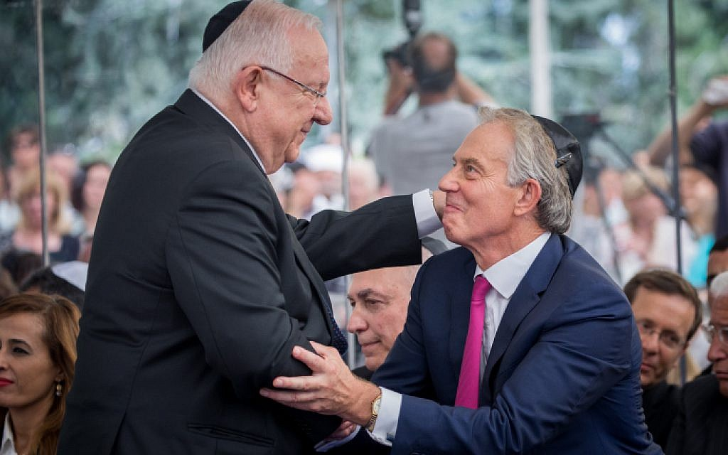 President Reuven Rivlin and ex-British PM Tony Blair shake hands during a ceremony marking one year since the death of late former president Shimon Peres, at Mount Herzl in Jerusalem, on September 14, 2017. (Yonatan Sindel/Flash90)