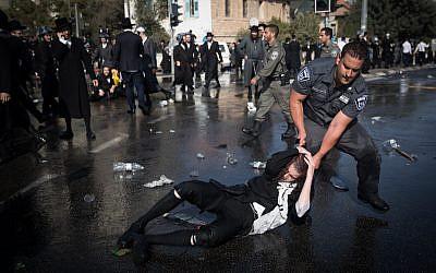 Ultra-Orthodox Jewish men clash with Israeli police during a protest in Jerusalem on September 17, 2017. (Yonatan Sindel/Flash90)