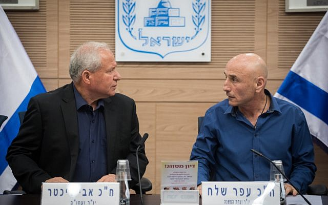 Foreign Affairs and Defense Committee chairman MK Avi Dichter, left, and chair of the Defense Outlook and Force-Building Subcommittee MK Ofer Shelah speak at a meeting presenting a report on the military's five-year Gideon Plan to the public, at the Knesset, on September 25, 2017. (Hadas Parush/Flash90)