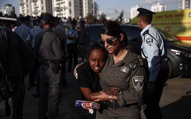 Friends and family attend the funeral of border policeman Solomon Gavriyah, in Beer Yaakov, September 26, 2017. (Miriam Alster/Flash90)