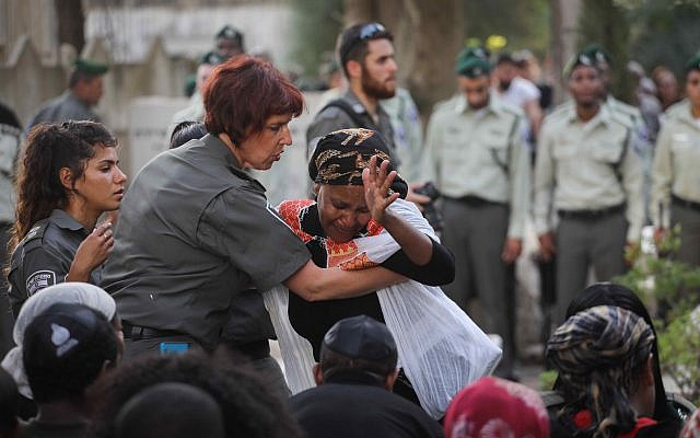 Friends and family attend the funeral of Border Policeman Solomon Gavria, in Beer Yaakov, September 26, 2017. (Miriam Alster/Flash90)
