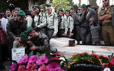 Border Police attend the funeral of fellow officer Solomon Gavriyah, in Beer Yaakov, September 26, 2017. (Miriam Alster/Flash90)